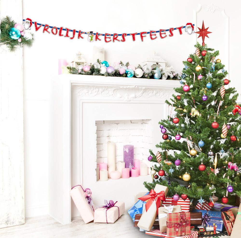 """Letterslinger voor kerst. aan de slinger hangen letter die de tekst""""vrolijk kerstfeest""""vormen en ..."""